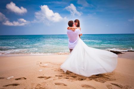 esküvő: esküvői pár friss házasok a strandon