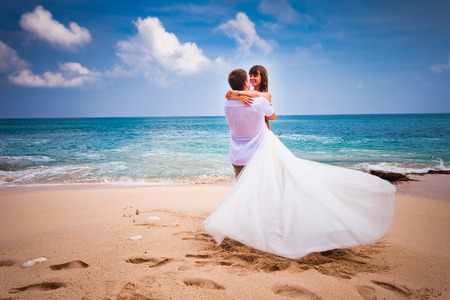 boda en la playa: pareja de novios reci�n casados ??en la playa