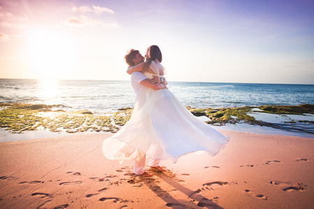 just married: pareja de novios reci�n casados ??en la playa