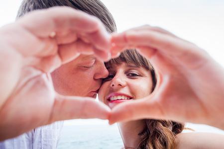 couple  amoureux: couple d'�ge m�r avec le signe de l'amour par des mains