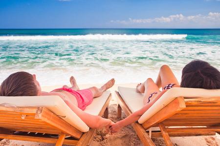 net getrouwd: man met zijn vrouw die dichtbij blauwe oceaan, paar net getrouwd op het strand Stockfoto