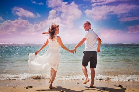 luna de miel: luna de miel pareja caminando en la playa