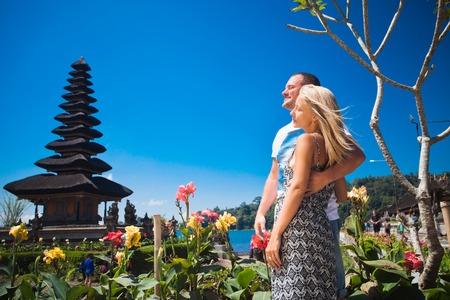luna de miel: Pareja de luna de miel, cerca del templo de Bali en el lago Beratan, Bali Foto de archivo