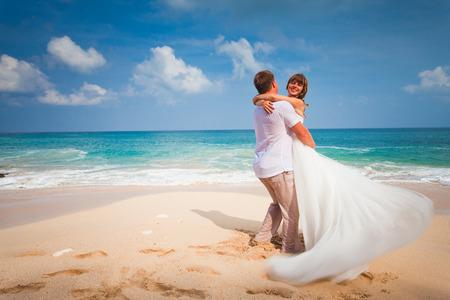 matrimonio feliz: pareja de novios reci�n casados ??en la playa
