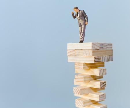 Risikomanager, der auf der Oberseite und auf der Suche nach unten, mit Kopie Platz für einen beliebigen Text Standard-Bild - 39278960