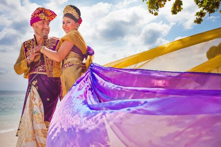honeymooners: Ceremonia de la boda de la pareja madura vestida en traje de Bali