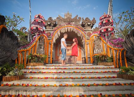 honeymooners: Ceremonia de la boda de la pareja madura vestida en Bali, Indonesia