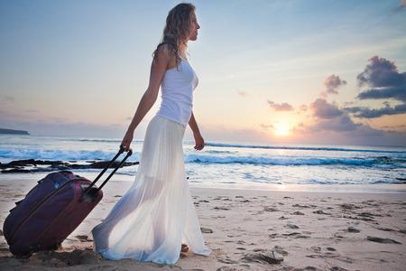 Woman adventure with own luggage at Hawaii Zdjęcie Seryjne - 39819688