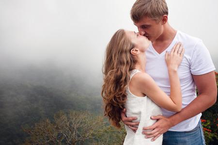 honeymooners: pareja bes�ndose en un fondo blanco al aire libre