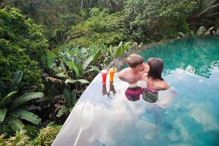 luna de miel: pareja de recién casados ??en el hotel piscina nea luxor, con cóctel fresco, Bali, Ubud Foto de archivo