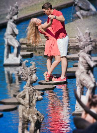 honeymooners: bailando pareja reci�n casados ??en Bali Agua Place Park, Indonesia