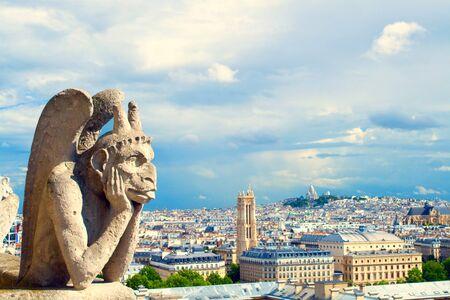gargouille: Gargouille de Notre-Dame se tourne vers la ville, vue a�rienne de Paris, France