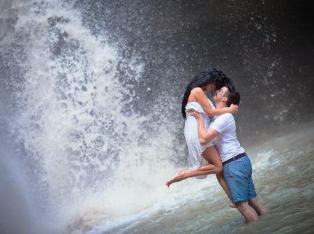 honeymooners: foto de la pareja viaja a la cascada de Indonesia
