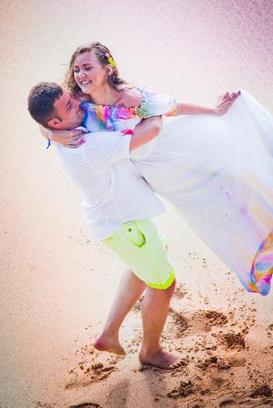 honeymooners: boda pareja bailando en la playa