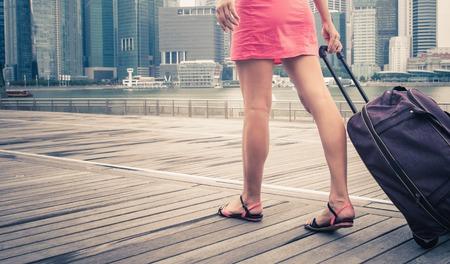 estudiando: turista o mujer aventura con el equipaje en Singapur Foto de archivo