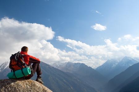 Escalade jeune adulte au sommet de sommet avec vue aérienne du ciel bleu Banque d'images