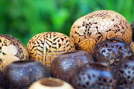 코코넛 나무, 발리, 인도네시아에서 새겨진 많은 램프