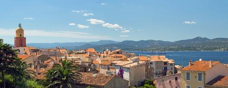 Afbeelding gemaakt met een sublieme plaats van St Tropez, waar de rode daken van de huizen en de azuurblauwe kust weg van de horizon van de bergen. Stockfoto - 41811930
