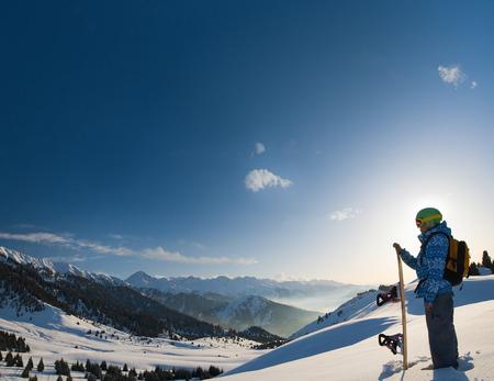 swiss alps: Obraz z wizerunkiem kobiecego snowboarder ma na sobie kask z jasnym odbicie w okularach na tle wysokie ośnieżone Alpy w Grindelwald, Szwajcarów