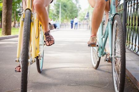 Freunde Frauen Reiten und Fahrten mit dem Weinlesestadträder wie Konzept der gesunden Lebensweise und Sport. Unteransicht, Fahrräder voran Standard-Bild - 43739595