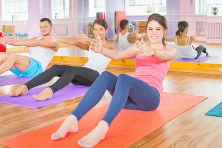 ejercicio: Los j�venes llevan una vida sana, el ejercicio y se involucraron en el gimnasio. El ejercicio fortalece una persona f�sica y que sean m�s felices! Foto de archivo