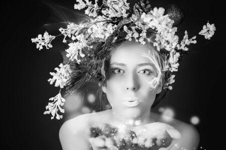 maquillaje de fantasia: Imagen en blanco y negro de la mujer del invierno de la Navidad con el peinado �rbol y maquillaje para fiesta de la noche. Hadas sopla brillo m�gico, polvo de estrellas. Modelo de moda de belleza. A�o Nuevo o el estilo de Halloween Foto de archivo