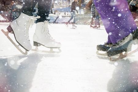 근접 촬영 스케이트 신발 아이스 링크에서 야외 스케이트 얼음. 눈 눈송이 및 bokeh의 마법 반짝이. 건강한 라이프 스타일과 스포츠 경기장에서 겨울 스