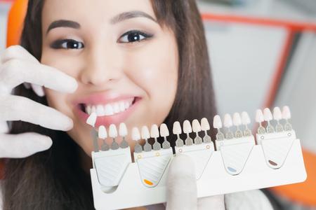 Mooie Aziatische vrouw glimlach met gezonde tanden bleken. Stockfoto