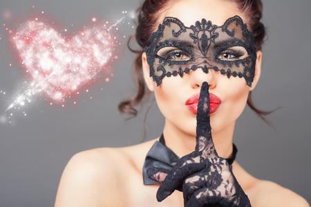 Mujer atractiva con la máscara del carnaval. Moda. Carnaval veneciano. Sex shop. Bebé caliente. Fiesta. Símbolo del amor. imagen conceptual de amor y sexo seguro con anticonceptivos