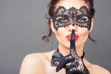 sexo: Mujer atractiva con la máscara del carnaval. Secreto. Moda. Carnaval veneciano. Sex shop. Bebé caliente. Fiesta. fondo de la noche Foto de archivo
