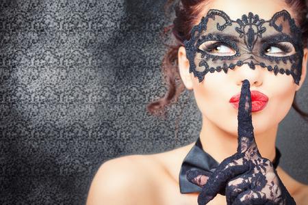 Sexy Frau mit Karneval Maske. Geheimnis. Mode. Karneval von Venedig. Sex-Shop. Heißer Feger. Party. Nacht-Hintergrund Standard-Bild - 51866165