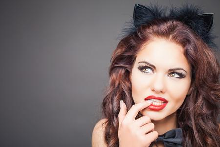 sexuales: Mujer atractiva con la máscara del carnaval gato. Orejas. Juegos de rol. Juegos para adultos. Moda. Carnaval veneciano. Sex shop. Bebé caliente. Fiesta. fondo de la noche