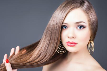 Mode kapsel. Mooie vrouw met lang steil haar. Kapperszaak. Gezonde shampoo. Volume. Schoonheid. Haar keratine rechttrekken, kleuren Stockfoto - 53655912