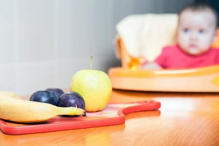 ciruela pasa: Las frutas sobre la mesa. Comida para bebé. A comer sano. fruta fresca, plátano, manzana, ciruela pasa. Foto de archivo