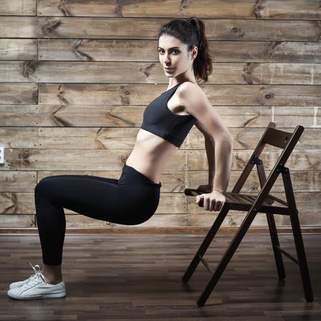 운동은 체중을 집에서 연습. 여자 훈련. 좋은 몸. 필라테스. 포도 수확 스톡 콘텐츠