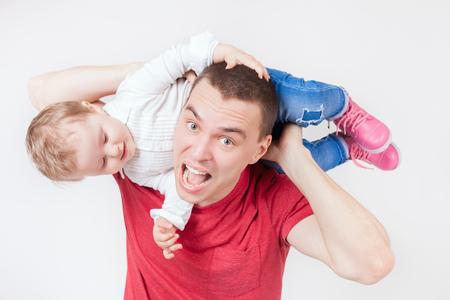 problemas familiares: padre infeliz sosteniendo hijo. El estrés para el bebé. papá triste. Problemas familiares. Mirando a la cámara. cuidado paternal muy importante para el niño. Custodia. Derechos Foto de archivo