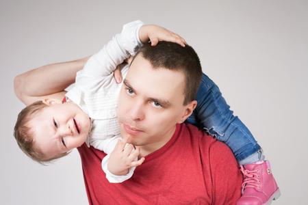 problemas familiares: padre infeliz con el niño. Estrés. Bebé. papá triste. Problemas familiares. cuidado paternal muy importante para el niño. Custodia. Derechos