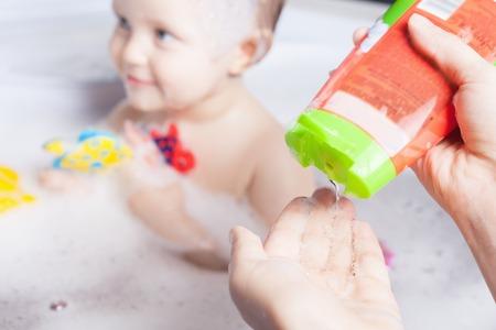 Bebé de lavado en el baño. Use jabón, champú para los niños. champú para bebés no pican los ojos