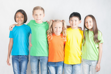 Groep van multiraciale grappige kinderen. Wereldconferentie voor het welzijn van de kinderen in Genève, Zwitserland, op 1 juni tot International Children's Day. Dag van de Universal Children's, valt op 20 november. Stockfoto