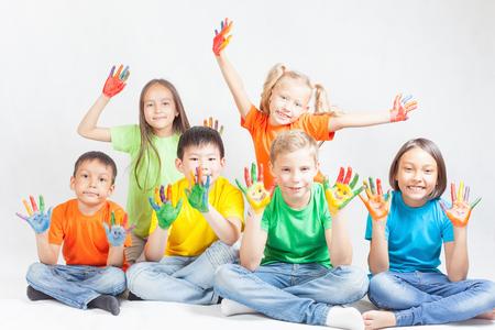 Glückliche Kinder mit bemalten Händen lächelnd und auf weißem Hintergrund aufwirft. Lustige Kinder. Internationalen Tag des Kindes. Indisch, asiatisch, Kaukasier - multiracial Ethnizität Standard-Bild - 56824871