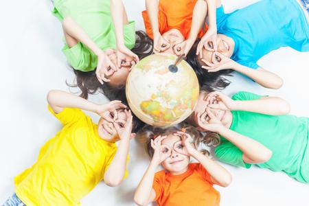 글로브 지구와 함께 국제 재미 아이의 그룹입니다. 제스처를 날려 라. 미소. 학교 아이들은 지리를 배웁니다. 여행과 모험, 세계. 생태학. 순수한 지구.