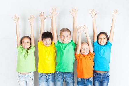Grupo de niños divertidos multirraciales. niños divertidos manos arriba. Conferencia Mundial para el bienestar de los niños en Ginebra, Suiza, en el día 1 de junio Universal del Niño el 20 de noviembre.