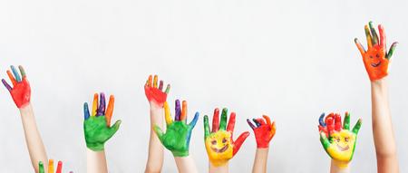 Lot von bemalten Händen angehoben. Fraktion der Rassen lustige Kinder. Lustige Kinder die Hände. Weltkonferenz für das Wohlbefinden der Kinder in Genf, Schweiz, am 1. Juni Weltkindertags am 20. November Standard-Bild - 58818980