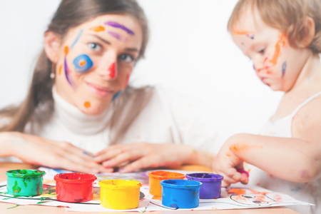 enough: Mom and baby draws with colored inks. Games with child affect early development. Important to spend enough time with your kids.