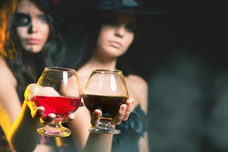 Halloween-Party 2016! Mode Frauen wie Hexe, die Cocktail aus Blut. Halloween-Kostüme und Make-up. Rolle. Hexe Karnevalskostüm. Rollenspiele. Sexy Babes. Nacht Standard-Bild - 62530282