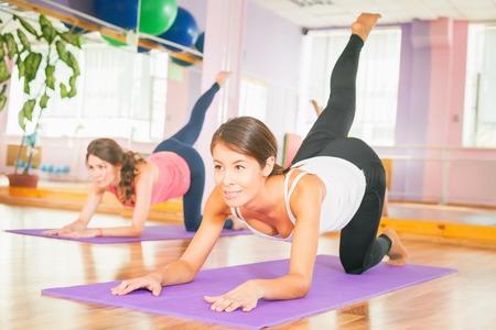 La gente agrupa hacer ejercicio. Mujer asiática. Estilo de vida saludable. Fitness, pilates, actividades deportivas, cuerpo sano