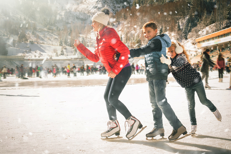 행복한 가족 야외 스케이트장 스케이트장. 겨울 활동 스톡 콘텐츠