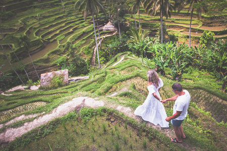Feliz pareja viajando en Bali, terrazas de arroz de Tegalalang, Ubud Foto de archivo