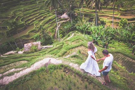 Heureux couple voyageant à Bali, rizières en terrasses de Tegalalang, Ubud Banque d'images