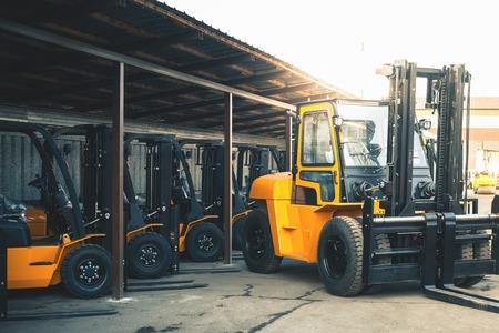 Contexte d'un grand nombre de chariots élévateurs, chargeur lourd fiable, camion